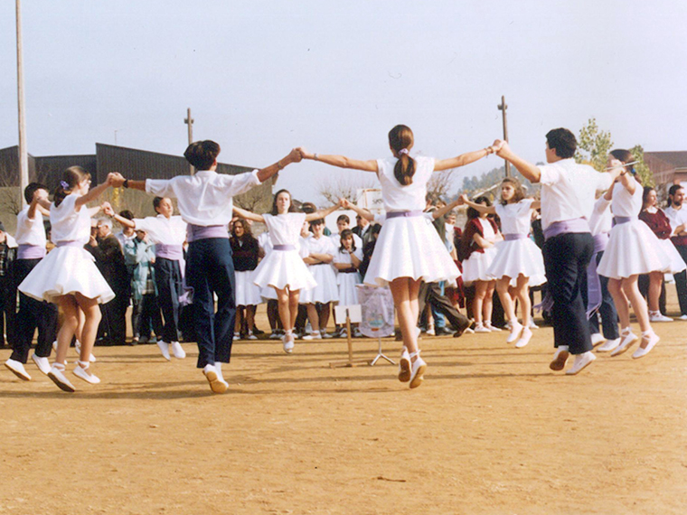 The colla Brots de Romaní, dancing a sardana.